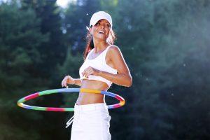 cerceau fitness : femme en plein exercice