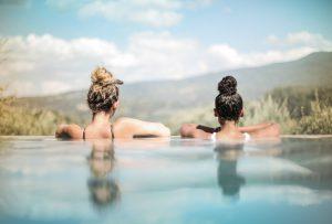 Deux filles dans de l'eau turquoise