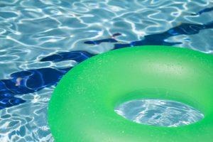 Bouée gonflable dans eau