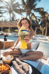Miami, fille avec cocktail d'eau